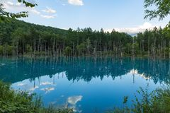 Odbicie niebo na Shiragone błękita stawie obrazy stock