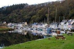 Odbicie łodzie i domy w wodzie Obrazy Royalty Free