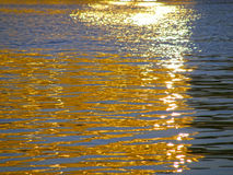Odbicie słońca ` s promienie na wodzie Zdjęcia Royalty Free
