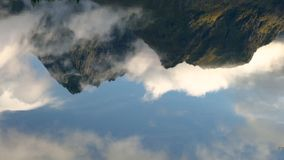 Odbicie skały w wodzie blisko wioski Reine, Lofoten wyspy zbiory