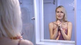 Odbicie smutny kobieta płacz blisko lustra zbiory wideo