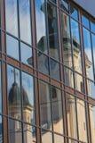 Odbicie stary kościół w fasadzie nowożytny budynek Zdjęcie Royalty Free