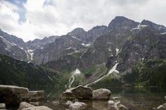 Odbicie Tatrzańscy halni szczyty w Morskie Oko jeziorze Oko Denny jezioro w Tatrzańskich górach, Polska Polski Tatrzański obrazy stock
