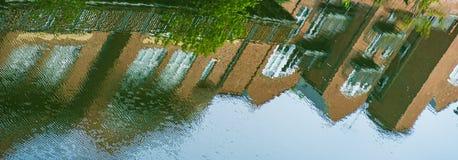 Odbicie Tradycyjni budynki w wodach Rzeczna odzież w Durham, Anglia zdjęcia stock