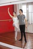 Odbicie trenera spełnianie Z Baletniczym tancerzem Zdjęcie Royalty Free