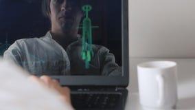 Odbicie w monitorze programista pracuje przy komputerem i pije kawę podwójny narażenia zbiory