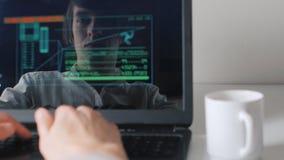 Odbicie w monitorze programista pracuje przy komputerem i pije kawę podwójny narażenia zdjęcie wideo