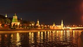 Odbicie w Moskwa rzece światła iluminuje Kremlin zbiory wideo