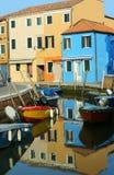 Odbicie w wodzie żeglowny kanał dom wewnątrz i łodzie Zdjęcia Royalty Free