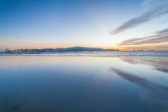 Odbicie wschód słońca lub zmierzchu widok z pomarańcze niebieskim niebem i chmurą Obrazy Royalty Free