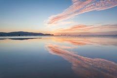Odbicie wschód słońca lub zmierzchu widok z pomarańcze niebieskim niebem i chmurą Zdjęcie Stock