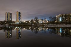 Odbicie wysocy budynki mieszkalni w jeziorze 2 Zdjęcia Royalty Free
