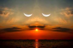 odbicie zmierzch na dennej przyrodniej księżyc w wieczór niebie, bierze fotografię mi Zdjęcia Royalty Free