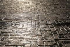 Odbijać słońce na brukowiec ulicie jako tło obraz royalty free