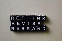Odbija - Przemyśliwuje - Rebrand na drewnianych blokach Biznesu i inspiracji poj?cie obrazy royalty free