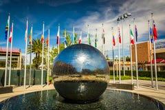 Odbijać sferę i flaga przy Chapman uniwersytetem Zdjęcie Stock