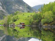 Odbijająca farma Wzdłuż Fjord Blisko Bergen i linia brzegowa, Nor Zdjęcie Stock