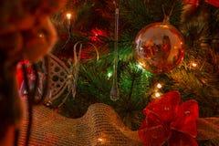 Odbijająca postać Święty Mikołaj w czerwonej szklanej sferze Zdjęcie Royalty Free