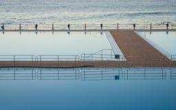 Odbijający basen i morze obrazy royalty free