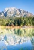 Odbijający jezioro w dolomitach fotografia stock