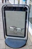 Odbijający metalu plakat umieszczający na podłoga w ulicie Obraz Stock