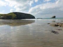 Odbijający niebo w shimmer plaża Zdjęcie Royalty Free