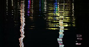 Odbijający nocy światła na Nawadniają powierzchnię zbiory
