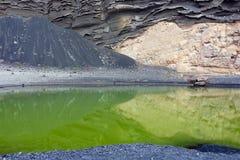 odbijający zielony jezioro kołysa powulkanicznego Zdjęcie Stock