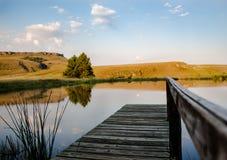 Odbijający Drakensberg staw z wzgórzami zdjęcie stock