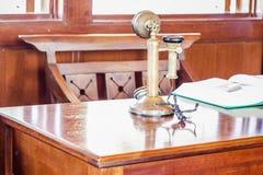 odbiorcy fasonujący stary telefon Obrazy Royalty Free