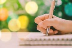 Odbitkowa przestrzeń pisze puszku w białym notatniku kobiety ręka zdjęcia stock