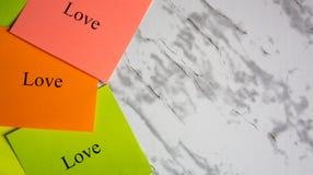 Odbitkowa przestrzeń, twórczość, projekt, sztuka Wzrok deska Motywacyjni słowa na kolorowych majcherach na wykładają marmurem stó zdjęcie stock