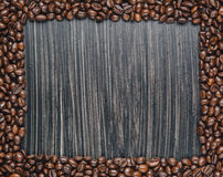 Odbitkowa przestrzeń kawowe fasole na ciemnym tle Zdjęcia Royalty Free