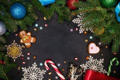 Odbitkowy astronautyczny Bożenarodzeniowy tło świerczyna rozgałęzia się z kolorowymi piłkami - czarna powierzchnia z nowy rok wak zdjęcia royalty free