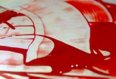 Odcień czerwona akrylowa farba na świecenie stole Paleta na stole Artysty życie fotografia stock
