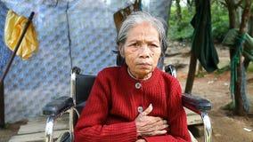 Odcień, grudzień 25,2016: dorosły Wietnamski kobiety obsiadanie w wózku inwalidzkim pyta dla datków od turystów przechodzi zdjęcie wideo