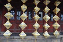 Odcień, Wietnam obwieszenia Cesarscy lampiony przed rzeźbiącymi czerwonymi drzwiami obrazy stock