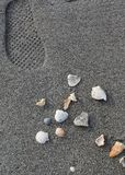 Odcisk stopy blisko stosu skorupy na plaży blisko zatoki meksykańskiej Fotografia Royalty Free