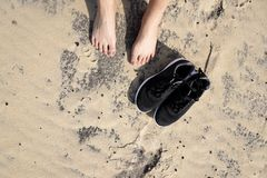 Odcisk stopy na brown piaska wiith piękna plaża w Francja obrazy royalty free