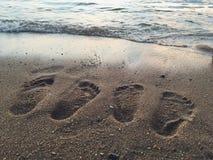 Odcisk stopy para w piasku podczas gdy oglądający zmierzch Obrazy Royalty Free