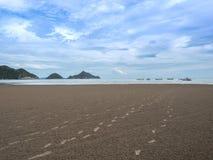 Odciski stopy na piasku ocean Zdjęcie Stock