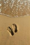 Odciski stopy na piasku przy Phu Quoc wyrzucać na brzeg Obraz Royalty Free