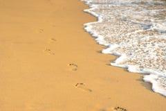 Odciski stopy na złotym piasku Obrazy Stock