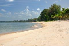 Odciski stopy w białym piasku raj plaża zdjęcie royalty free