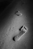 Odciski stopy w piasku na plaży Obraz Royalty Free