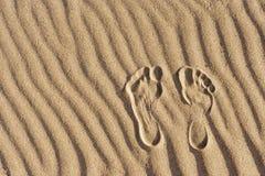 Odciski stopy w piasku Odcisk mężczyzna ` s stopa na piasku na plaży Fotografia Royalty Free