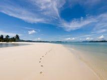 Odciski stopy wzdłuż plażowej wyspy na Ko Yao Yai wyspie, Tajlandia, Jak Zdjęcia Royalty Free