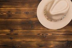 Odczuwany kapelusz na drewnianym tle zdjęcia stock