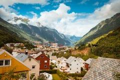 Odda is de stad van Noorwegen dichtbij Trolltunga-rots wordt gevestigd die stock afbeeldingen