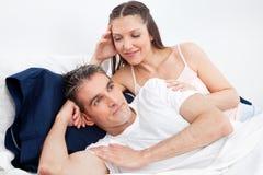 oddalona łóżkowa mężczyzna kręcenia kobieta obraz stock